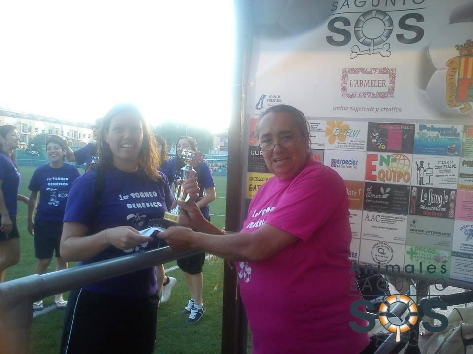 Entrega de la copa de campeonas al Sporting Sagunto